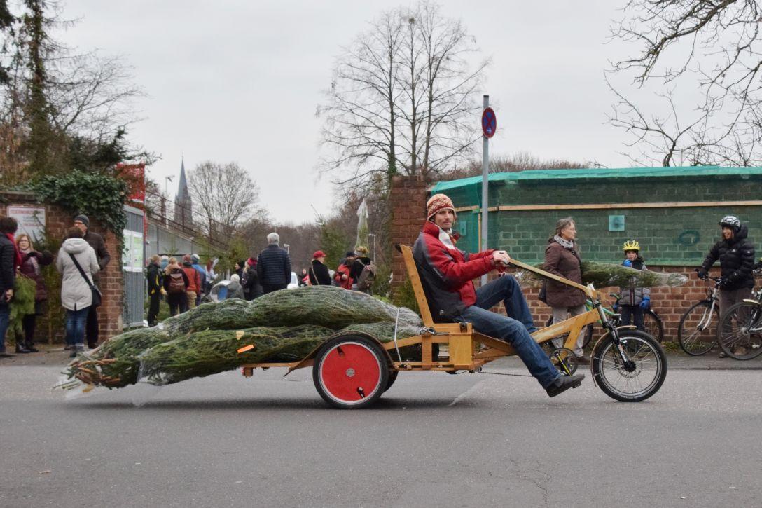 Das neue Bolle-Dreirad aus der Velowerft. Mit Baum und Raphael. Foto: Rüdiger Wolff